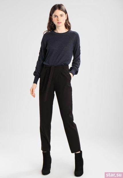 Укороченные брюки с завышенной талией черного цвета под черную футболку