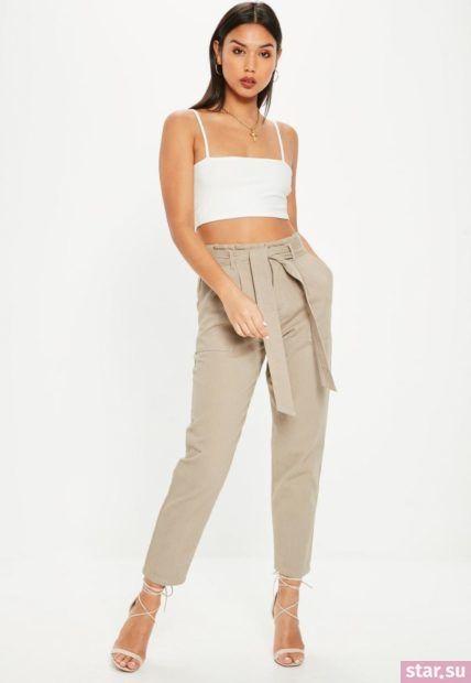 Укороченные брюки с завышенной талией под белый топ