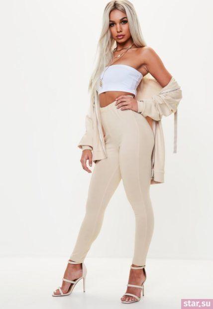 Укороченные брюки с завышенной талией бежевого цвета под белый топ