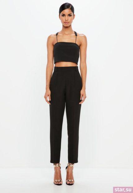 Укороченные черные брюки с завышенной талией под черный топ