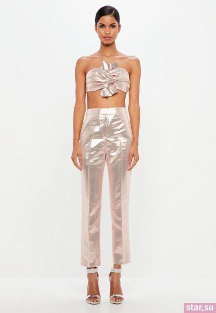 Укороченные брюки с завышенной талией розового цвета под такой же топ