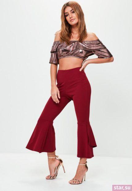Укороченные брюки с завышенной талией красного цвета под блестящий топ