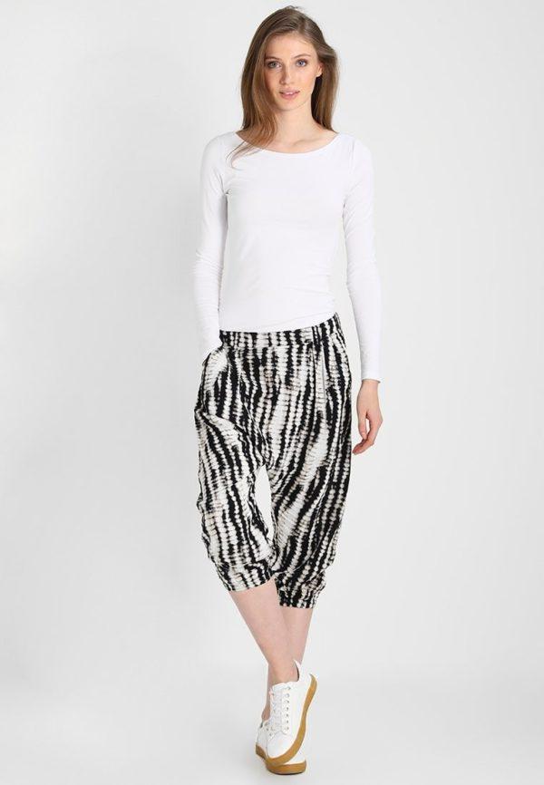 укороченные женские брюки с чем носить: черно-белые капри
