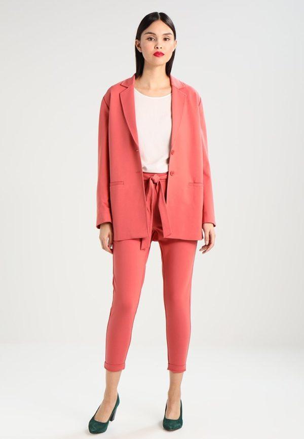 укороченные женские брюки с чем носить: розовые капри пиджаком