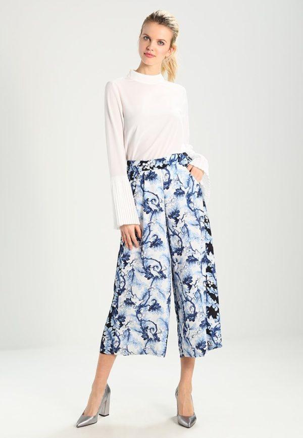 укороченные женские брюки с чем носить: Голубые капри с белой блузой
