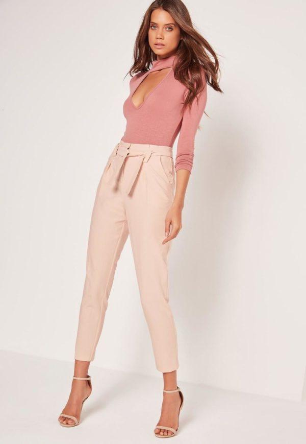 с чем носить укороченные брюки: чинос под розовый топ