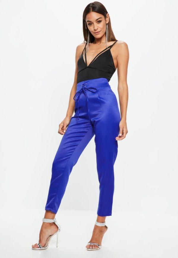 с чем носить укороченные брюки: чинос синие под черную майку