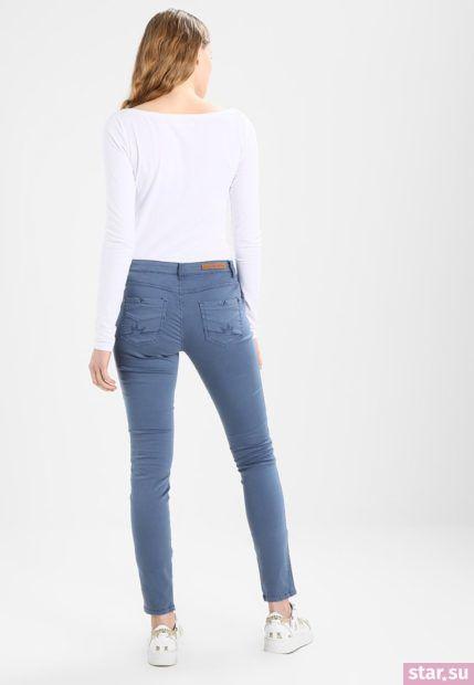 С чем носят короткие штаны: дудочки синие под белый гольф