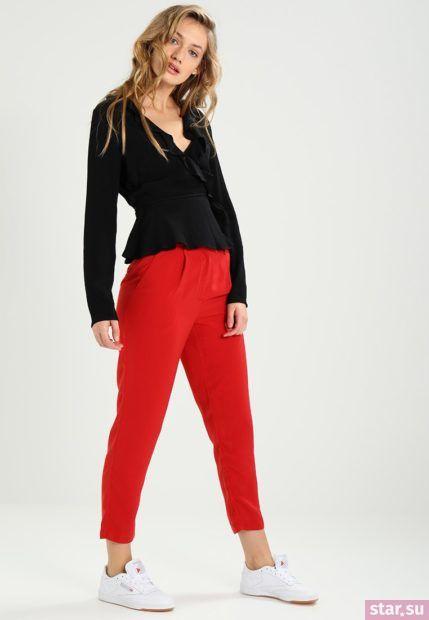 С чем носят короткие штаны: дудочки красные под черную рубашку