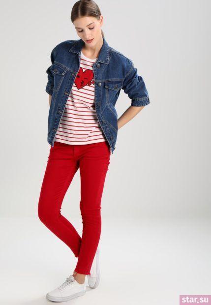 С чем носят короткие штаны: дудочки красные под джинсовую куртку