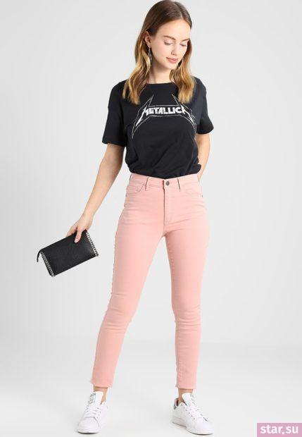 С чем носят короткие штаны: дудочки розовые под черную футболку