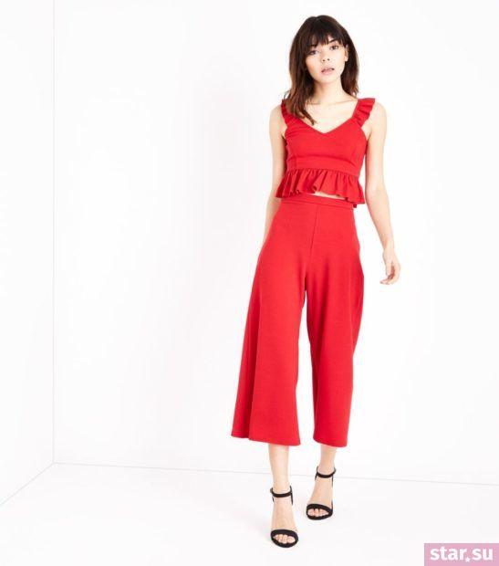 с чем носить укороченные брюки: широкие красные в комплекте с топом