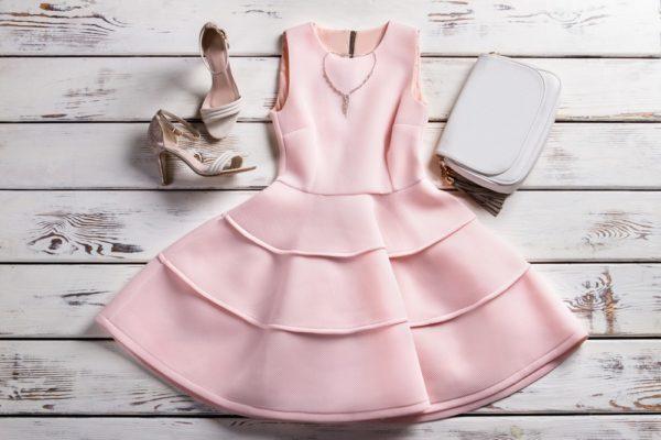 стильные луки 2019-2020: Розовое расклешенное платье