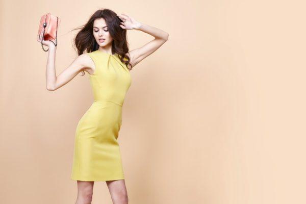 стильные луки 2019-2020: Желтое силуэтное платье