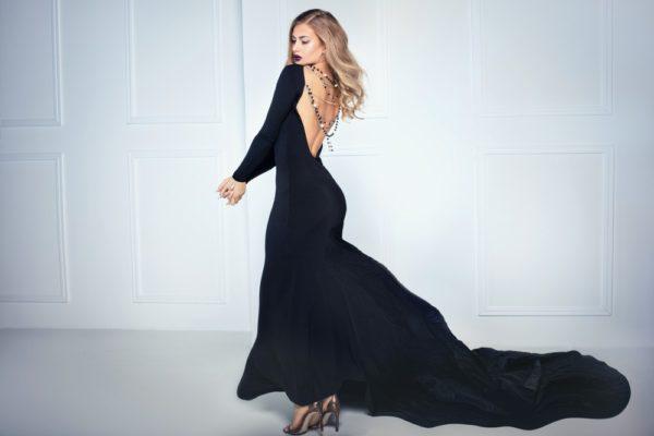 стильные луки 2019-2020: Длинное черное платье