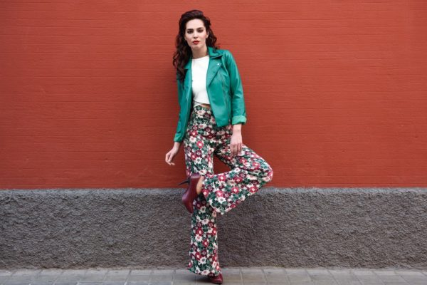 стильные луки 2019-2020: зеленая куртка с широкими брюками