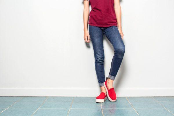 стильные луки: с джинсами и футболкой
