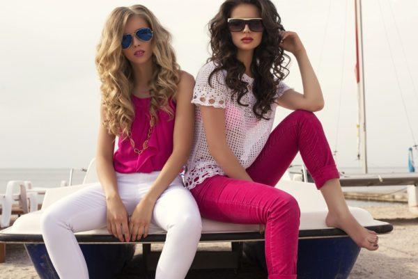 стильные луки: с розовым и белым топом