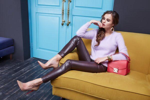 стильные луки: фиолетовая кофта с брюками под кожу