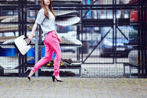 стильные луки: Яркий розовые брюки