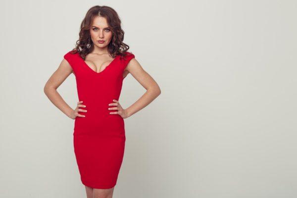 стильные луки 2019-2020: Красное, силуэтное платье