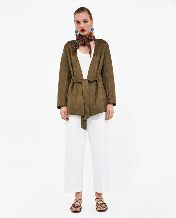 стильные луки 2021: с белыми брюками и зеленым жакетом