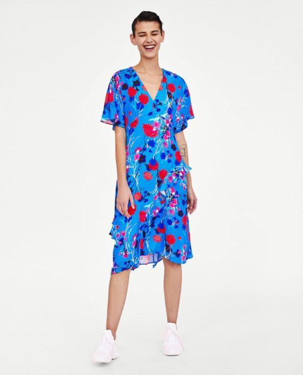 стильные луки 2019-2020: с синим платьем с принтом