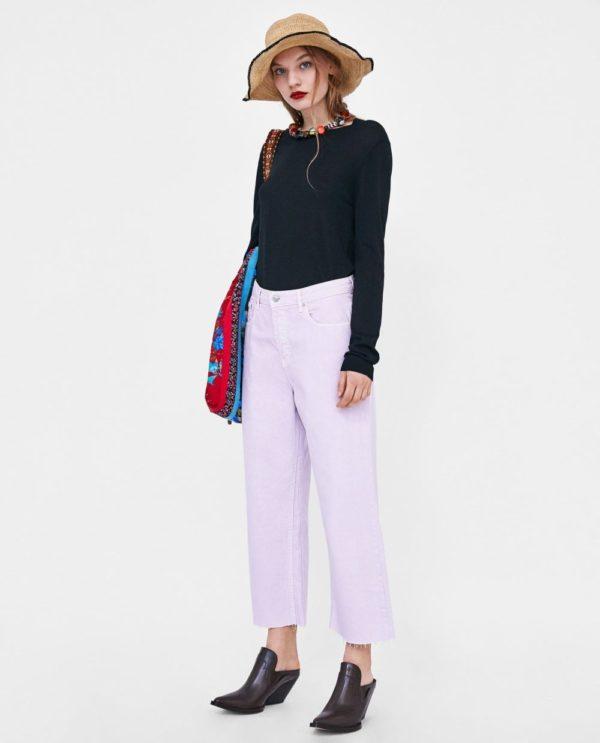 стильные луки 2019-2020: черная кофта с сиреневыми джинсами