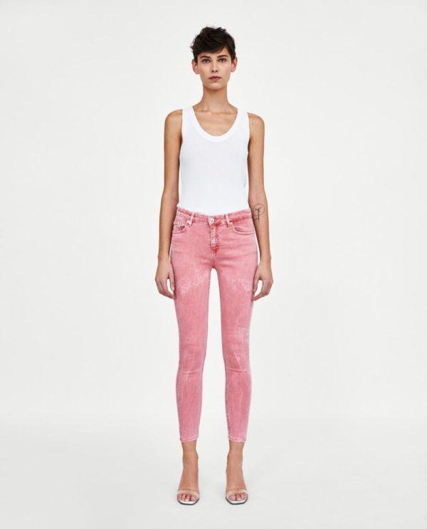 стильные луки 2019-2020: белый топ с розовыми джинсами