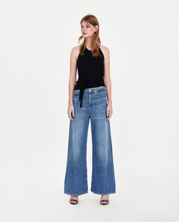 стильные луки 2019-2020: черный топ с джинсами клеш