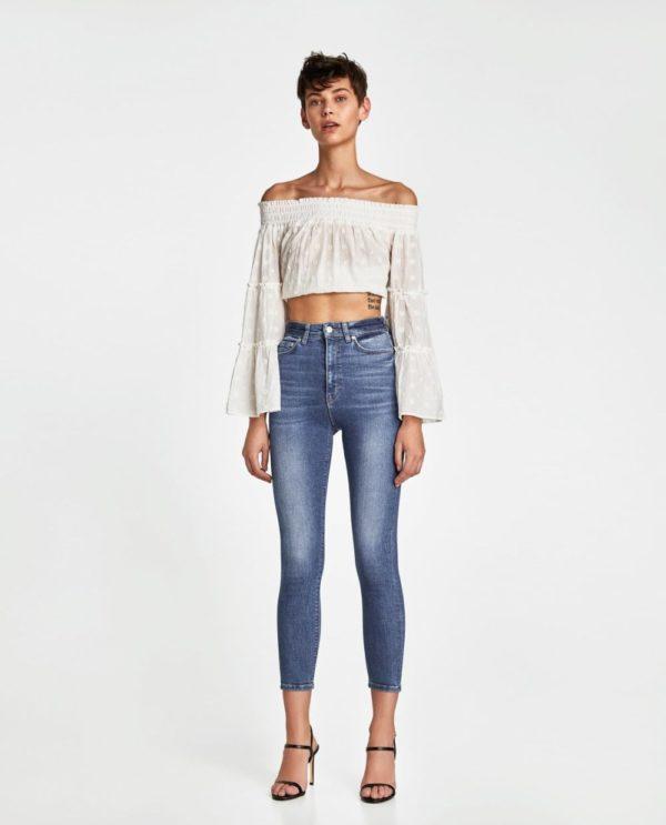 стильные луки: топ с укороченными джинсами