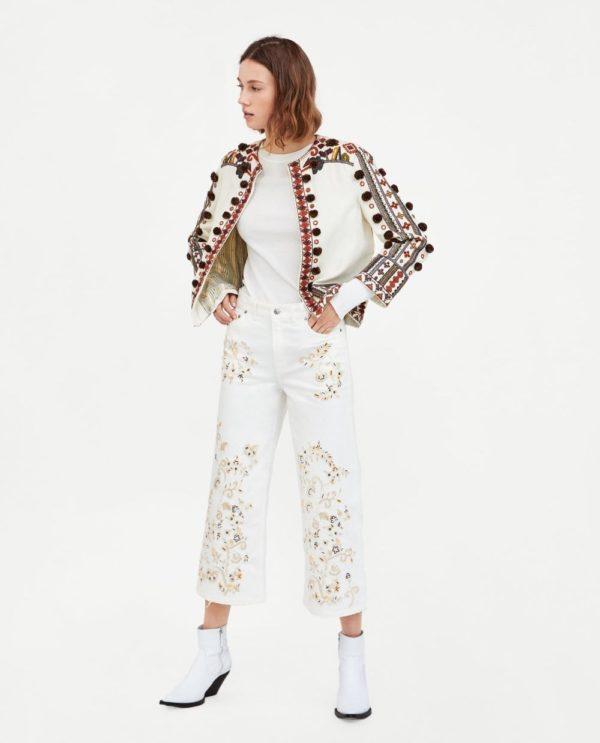 стильные луки: куртка с узорами с белыми джинсами