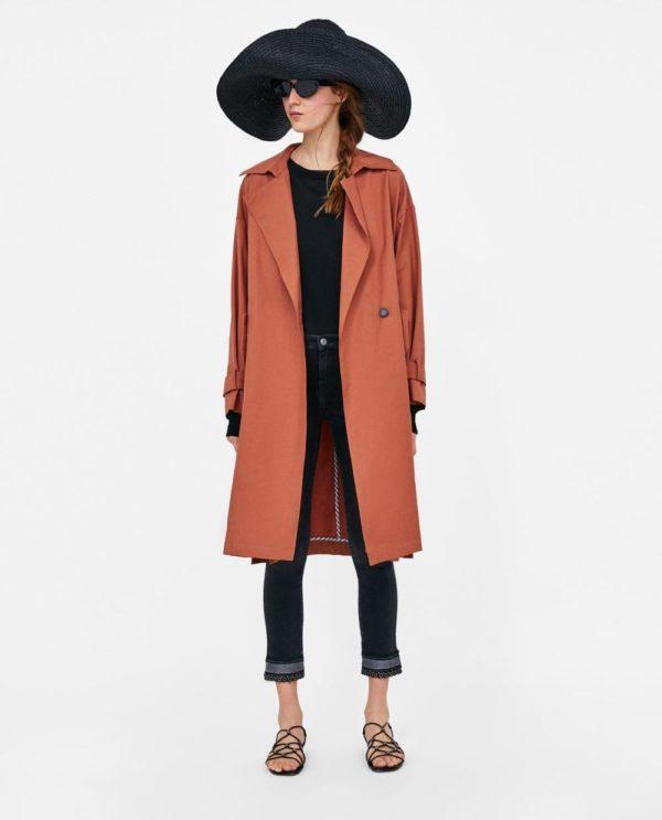 стильные луки: пальто с черными джинсами