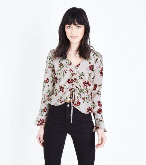 с цветочной блузой