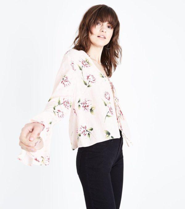 с розой в цветок блузой