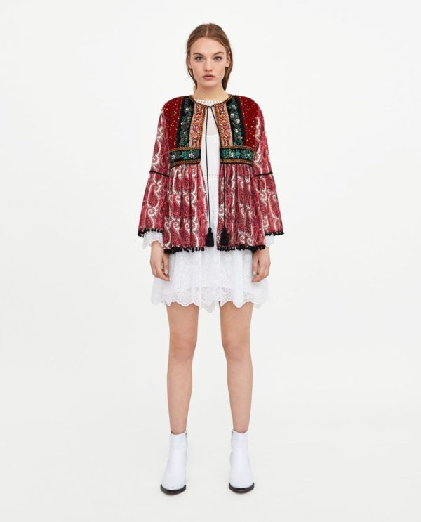 Модный лук 2021 с белым платьем и ярким жакетом