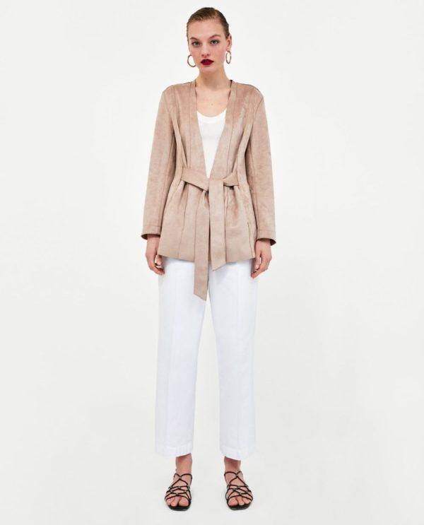стильные луки 2020: с белыми брюками и бежевым жакетом