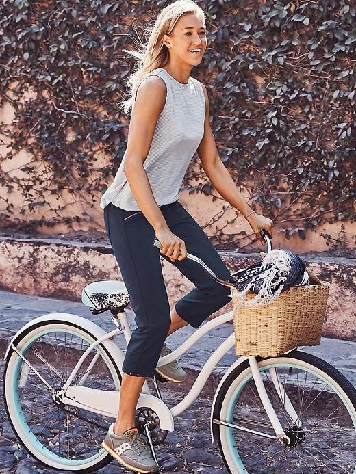 укороченные женские брюки с чем носить: капри синие