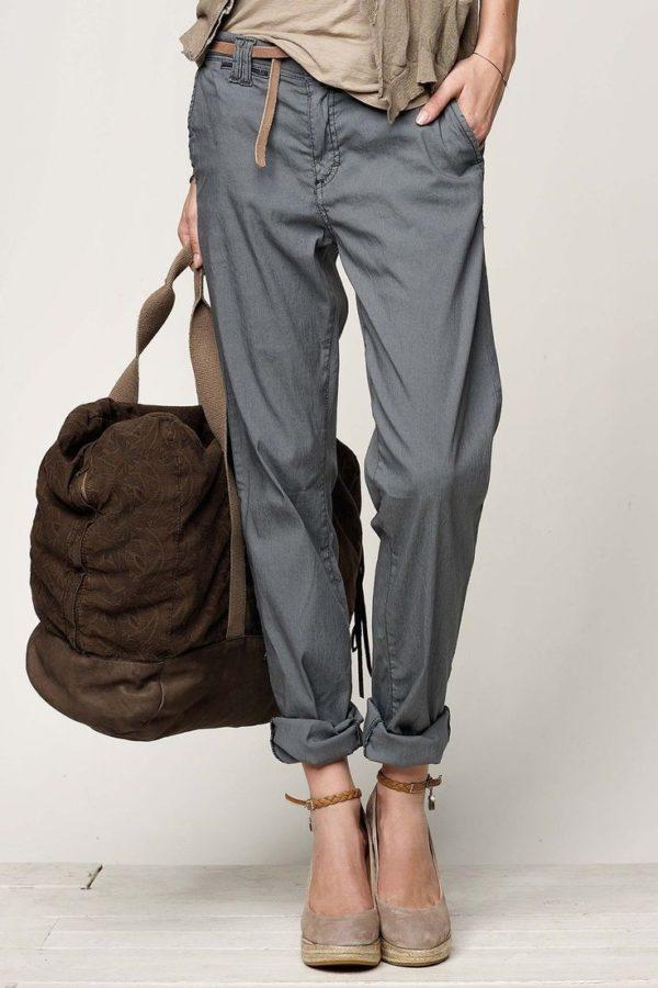 с чем носить укороченные брюки: бананы серые