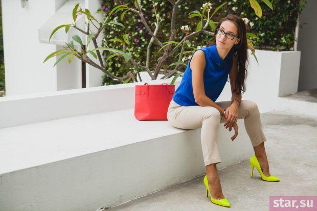 с чем носить укороченные брюки: разноцветный лук