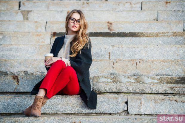 с чем носить укороченные брюки: красная цветовая гамма