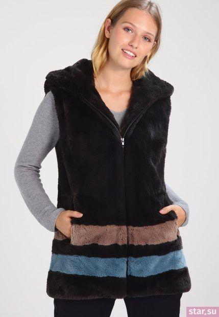 Удлиненный черный жилет без рукавов зимой
