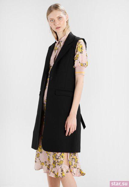 Удлиненный черный жилет без рукавов в деловом стиле