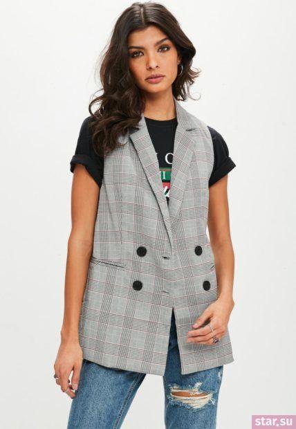 Удлиненный серый жилет без рукавов в деловом стиле