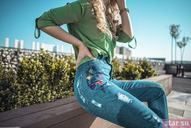 джинсы синие зеленая рубашка