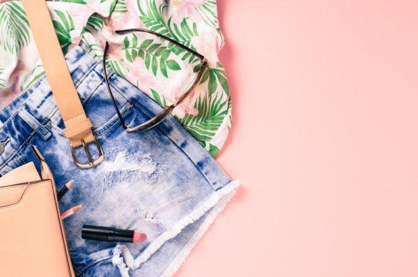 летние модные образы 2020: синие шорты