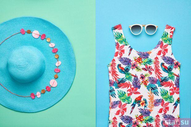 голубая шляпа платье принт
