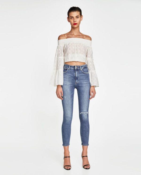 синие джинсы узкие белый топ