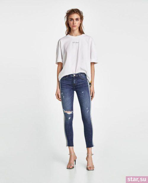 синие джинсы узкие белая футболка
