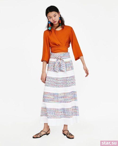 модные образы лето 2019: белая юбка в полоску